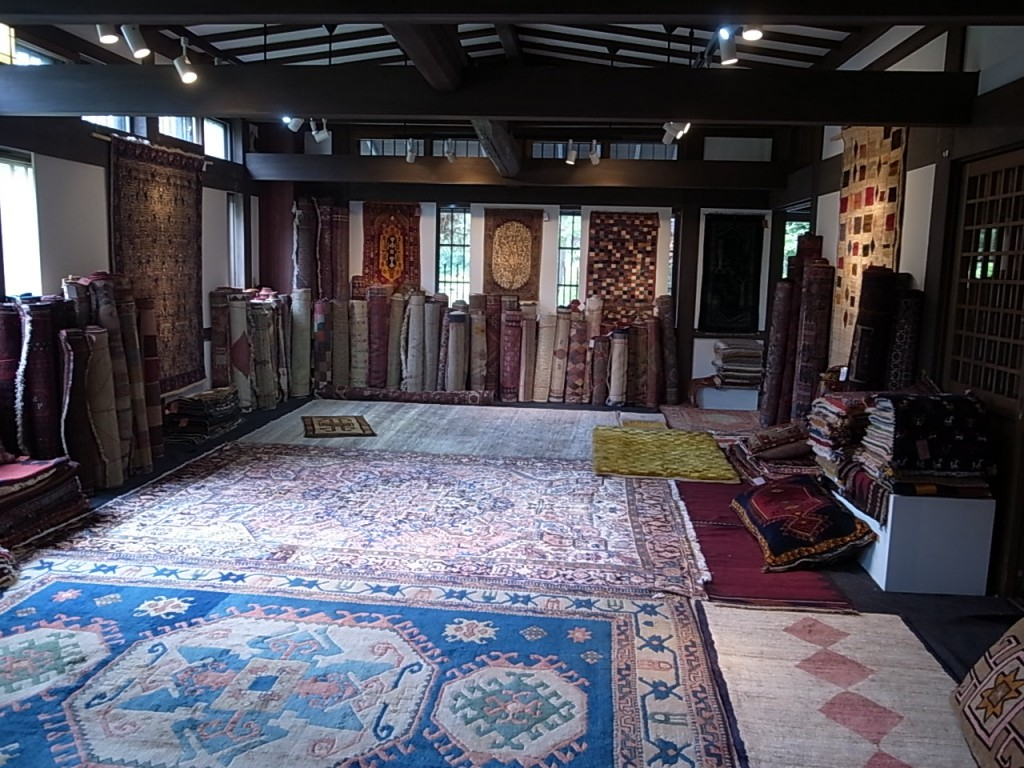 アンティーク絨毯展 in 油や 追分で8月25日まで開催しています。
